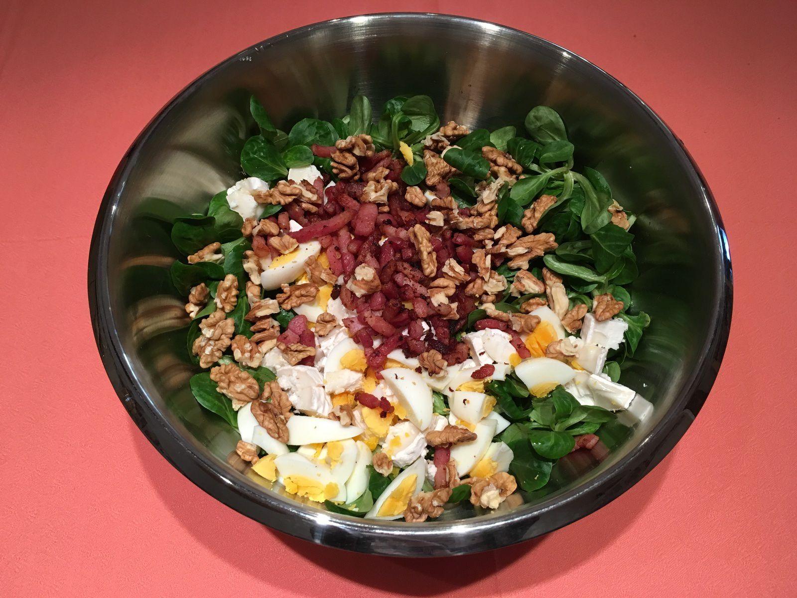 Salade de mâche, œufs, lardons, chèvre et noix