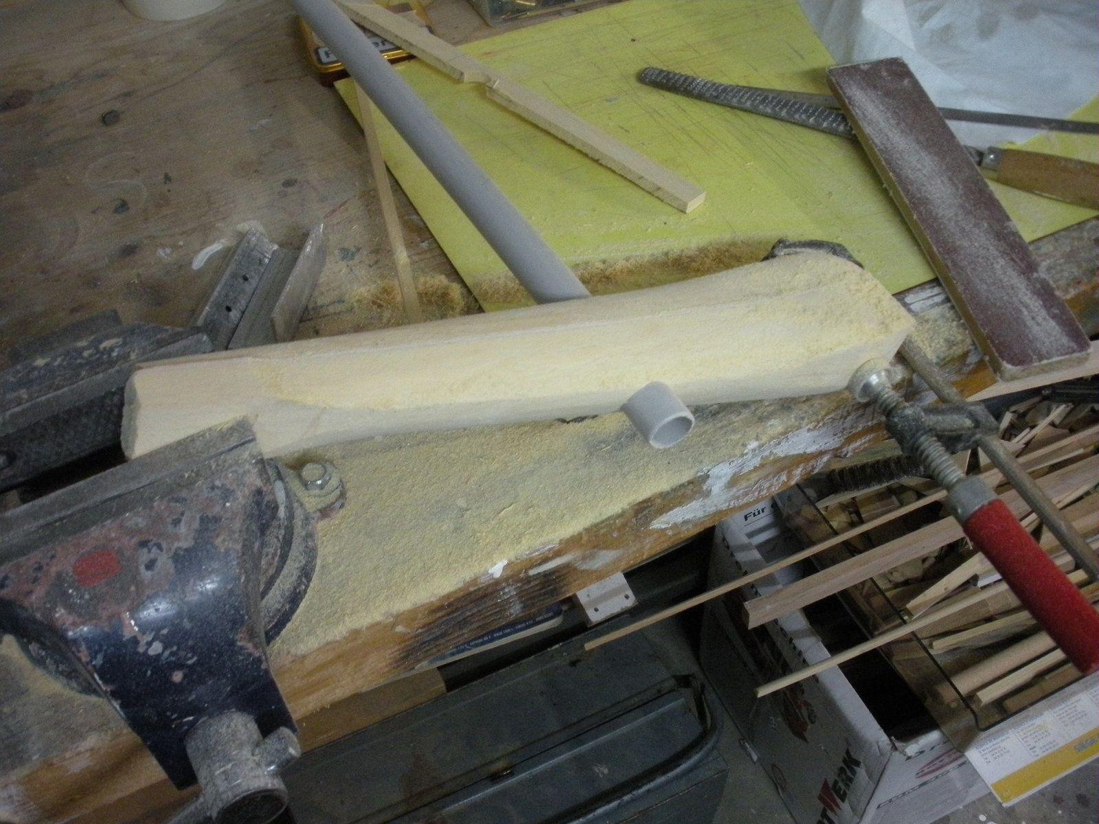 Dégrossissage de la forme à la rape à bois et au papier abrasif.