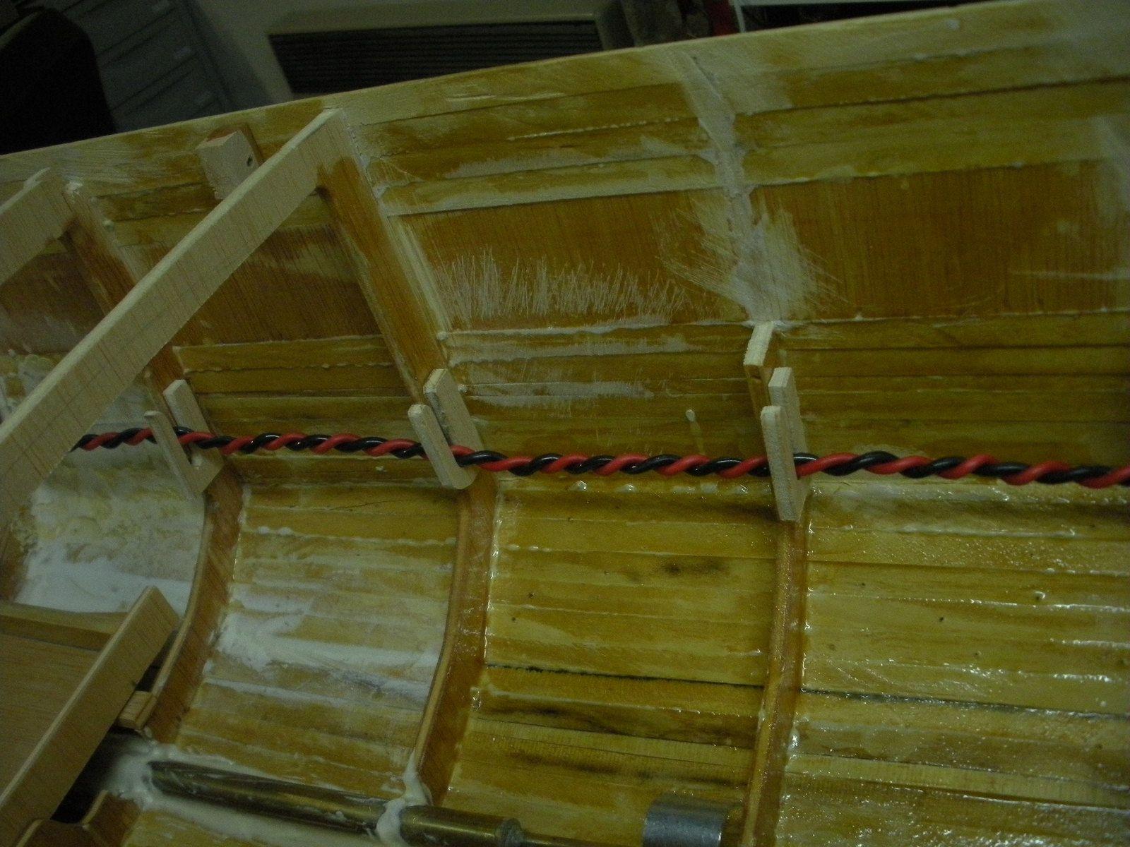 Guides cables réalisés en contre plaqué et collés sur les couples.