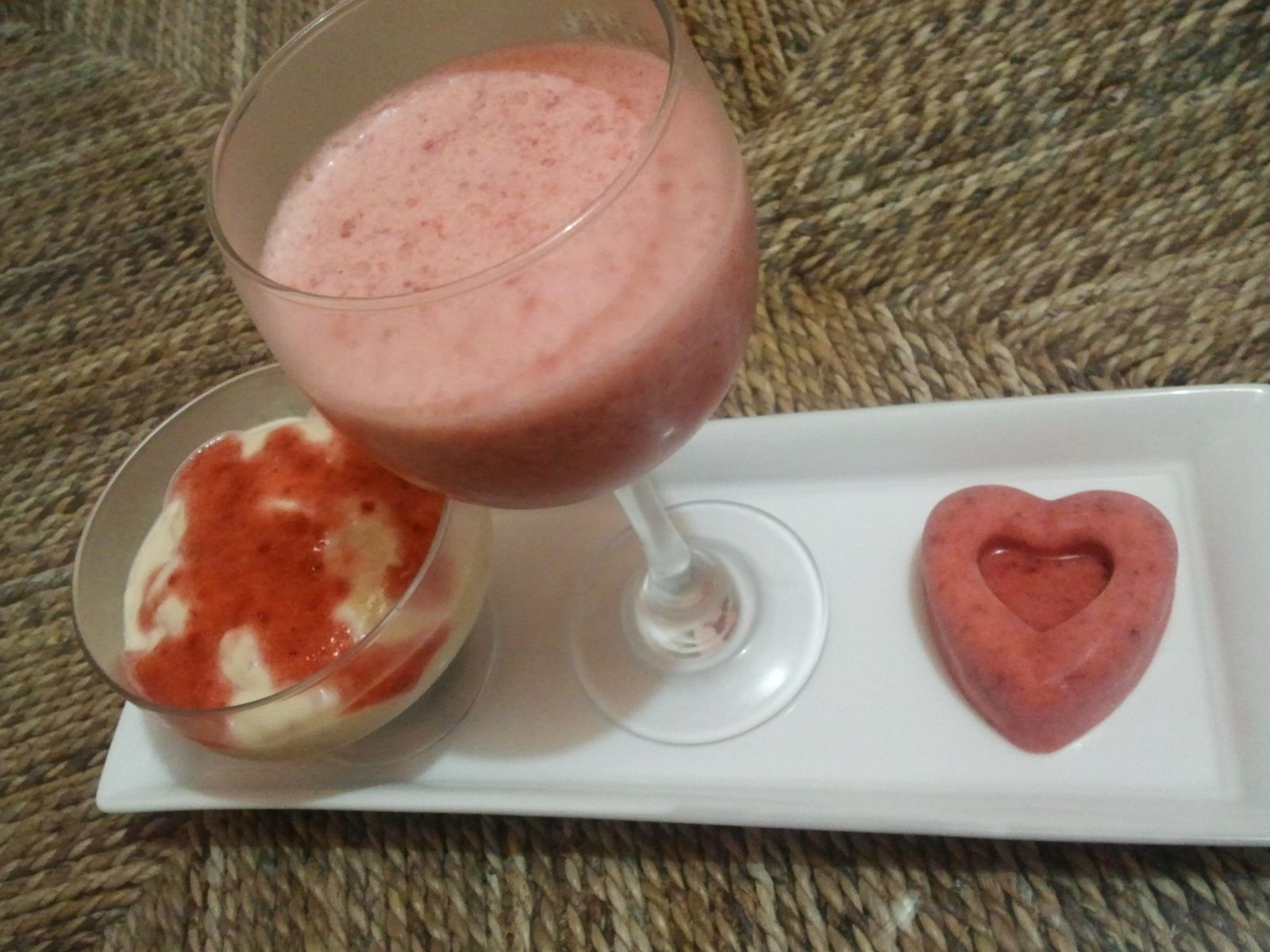 Mousse à la fraise , coeurs glacés et mousline au mascarpone et crumble spéculos
