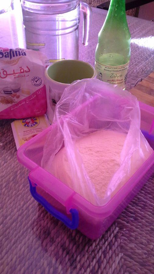 ingrédients  levée de la pâte 30 minutes et cuisson dans une poêle beurrée ajouter des raisins sec avant la fin de la cuisson de la crêpe