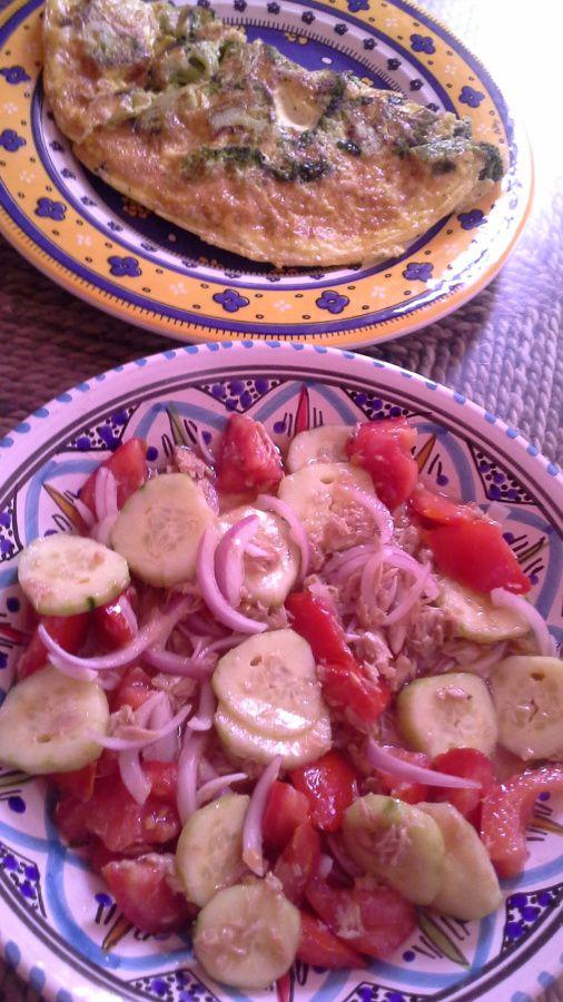 salade(thon,oignon émincé, tomates,concombre,huile de tournesol, vinaigre de vin blanc, sel.)