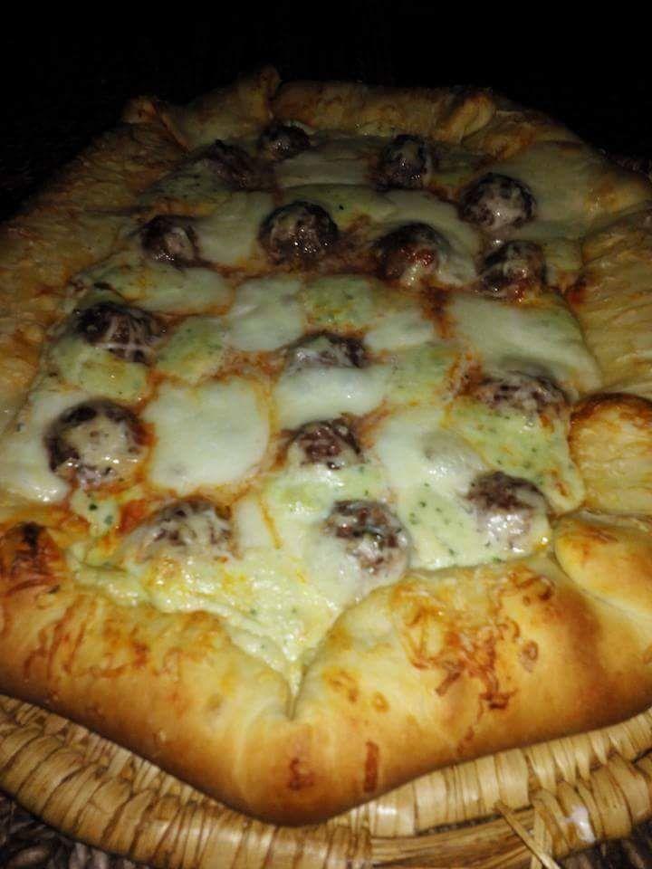 Pizza aux boulettes sauce blanche au  fromage
