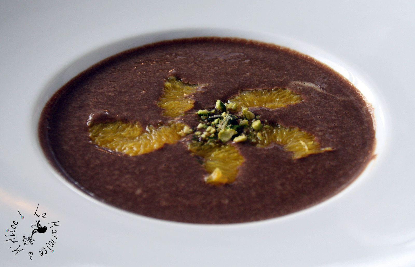 Soupe de chocolat et pistaches, segments d'orange
