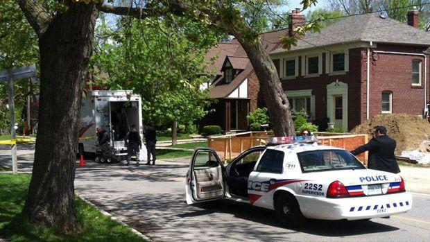 Equipe de démineurs désamorçant une geocache à Toronto en mai 2012 ...