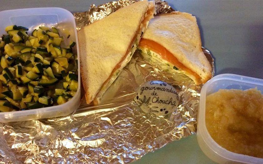 Lunch box du jour : sandwich saumon, chèvre et courgettes, compote pomme poire maison