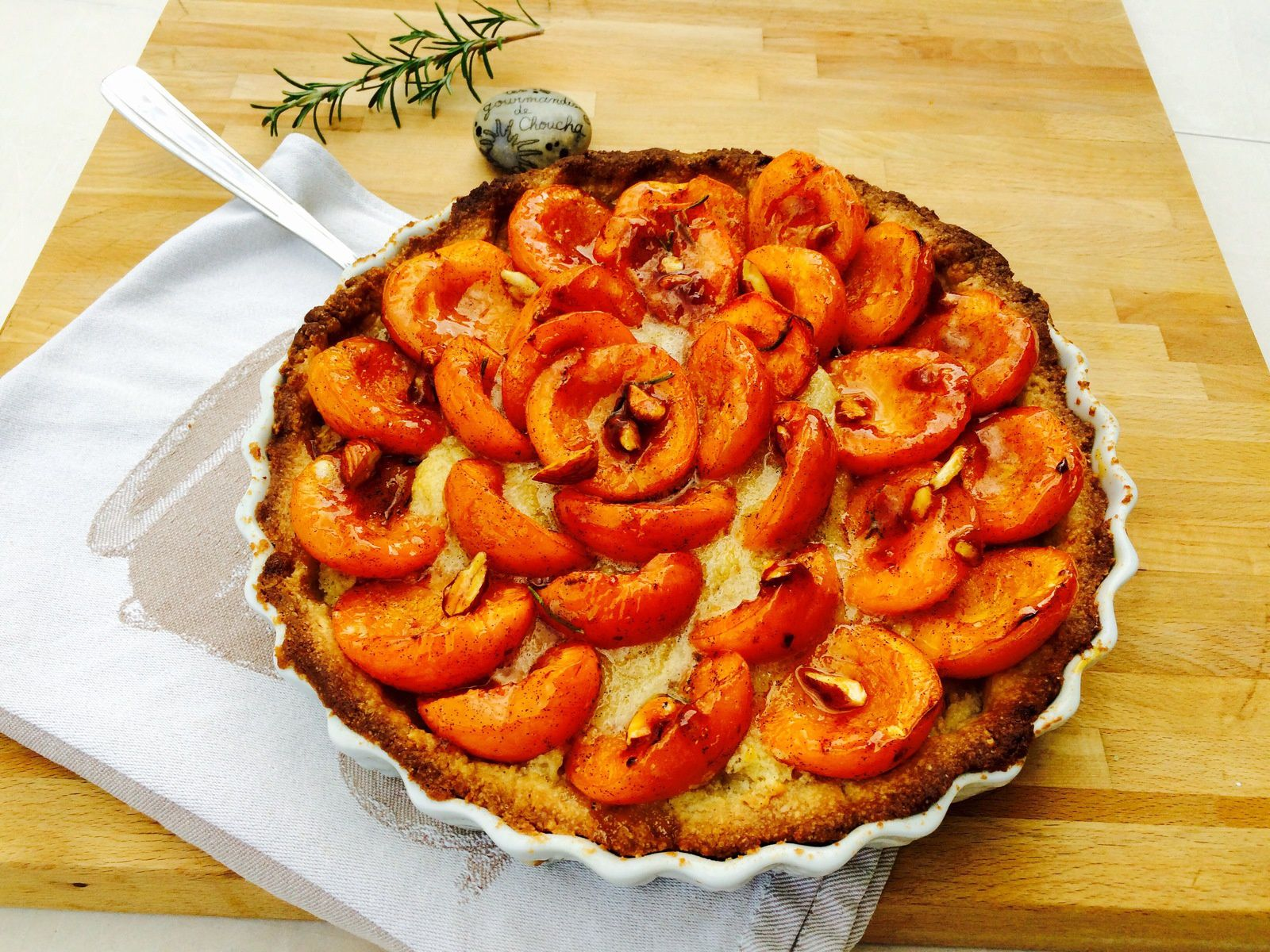 tarte aux abricots vanille romarin et amandes croquantes les gourmandises de choucha. Black Bedroom Furniture Sets. Home Design Ideas