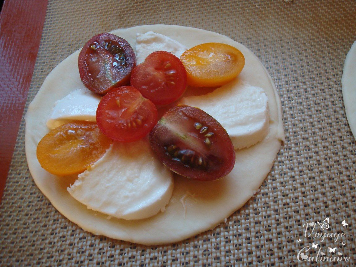 Mini pizza aux tomates, mozzarella, bacon et velours de balsamique
