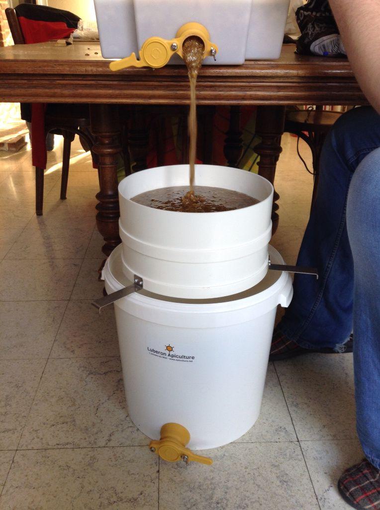 Récolte de miel dans une ruche Warré du Rucher de Lugaxelm