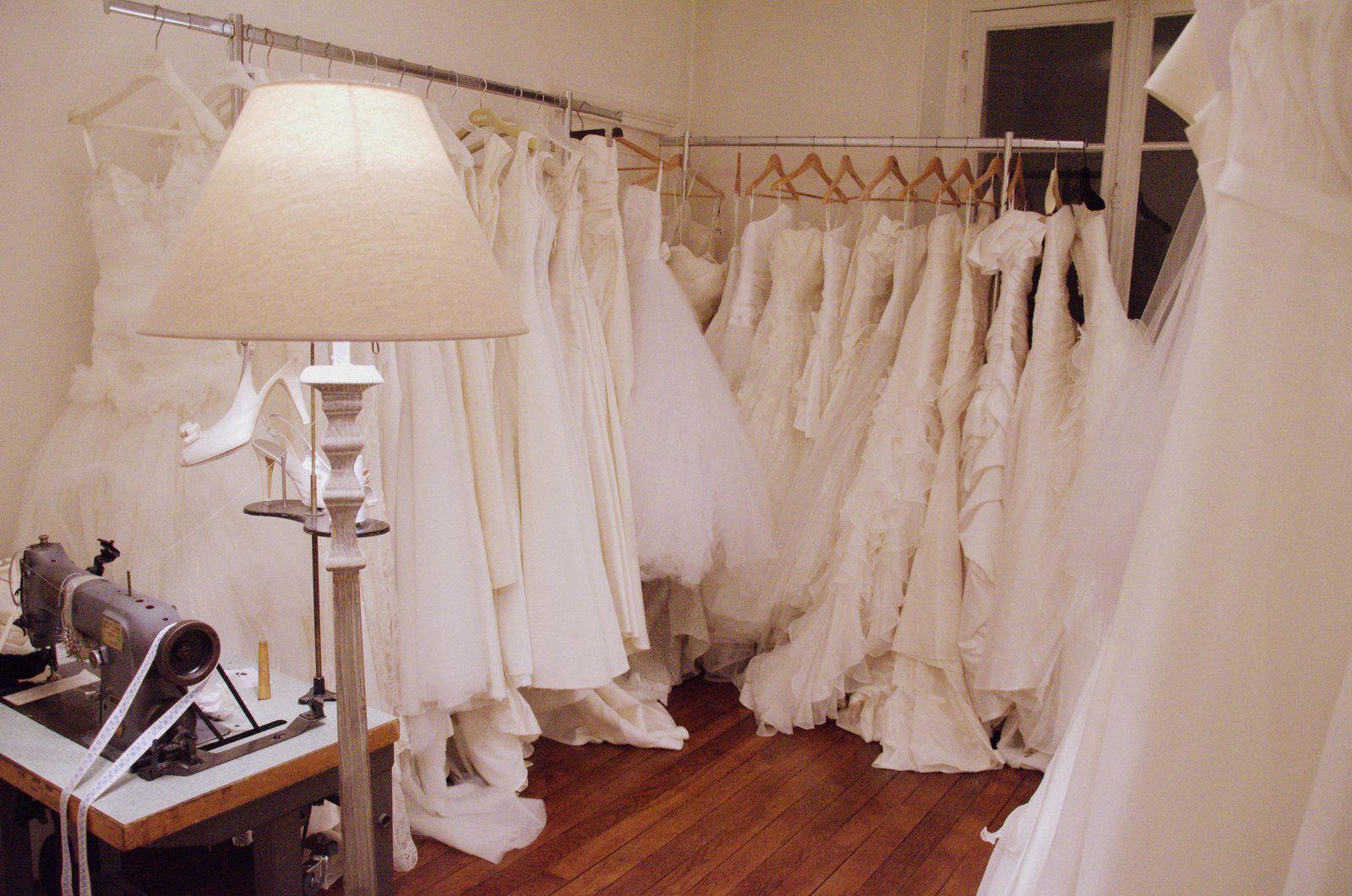 150 robes de mariée sont au Dressing Club. Un showroom pour des mariées souhaitant trouver une robe de créateur ou de grandes boutiques parisiennes à des prix vente privée! Le Dressing Club se caractérise également par la présence de nombreuses robes Delphine Manivet...