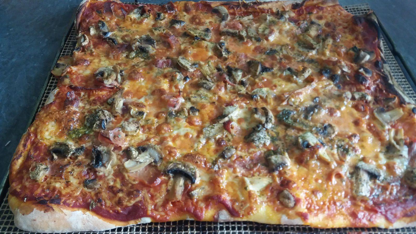 la pizza jambon champignon mozzarella la cuisine de. Black Bedroom Furniture Sets. Home Design Ideas