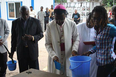 Mgr Nicolas DJOMO, Président, à la pause de la première pierre pour le nouvel immeuble de la CENCO