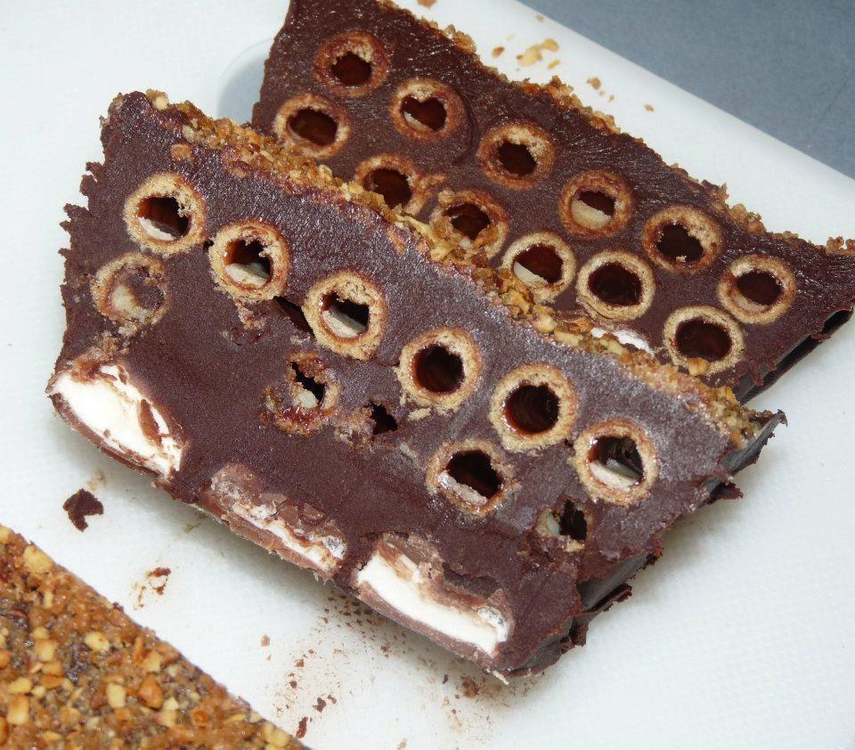 Gâteau au chocolat, pailles d'or et oursons
