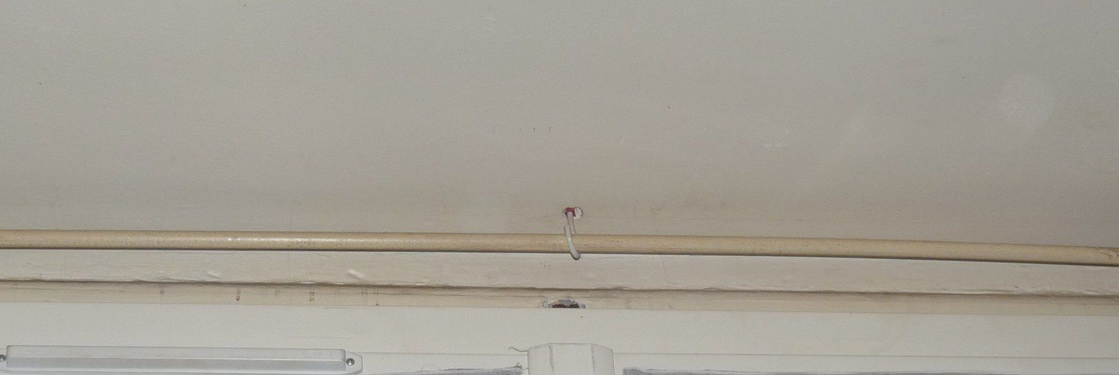 Faire tenir ses voilages sur fenêtre PVC