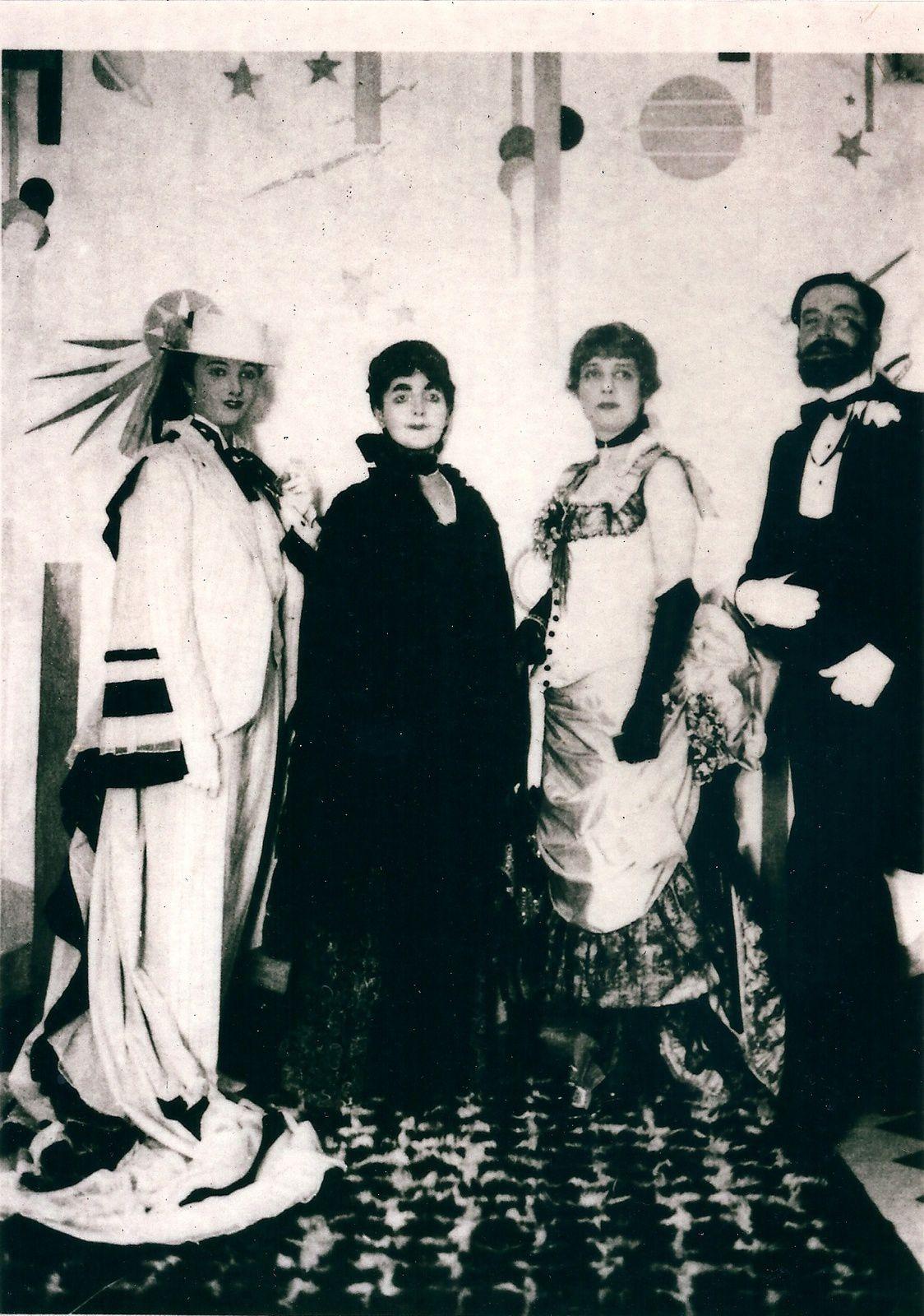 Bal Proust chez la princesse de Faucigny-Lucinge, octobre 1928. Morand est déguisé en baron de Charlus et Hélène en Madame Verdurin