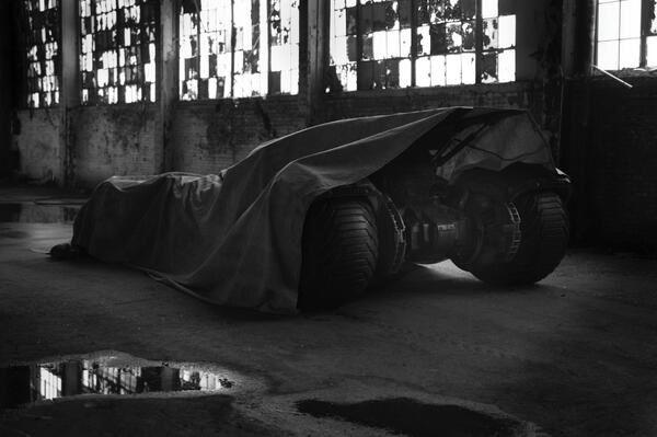 La première image de Ben Affleck en Batman avec sa Batmobile sur le tournage de Batman vs Superman