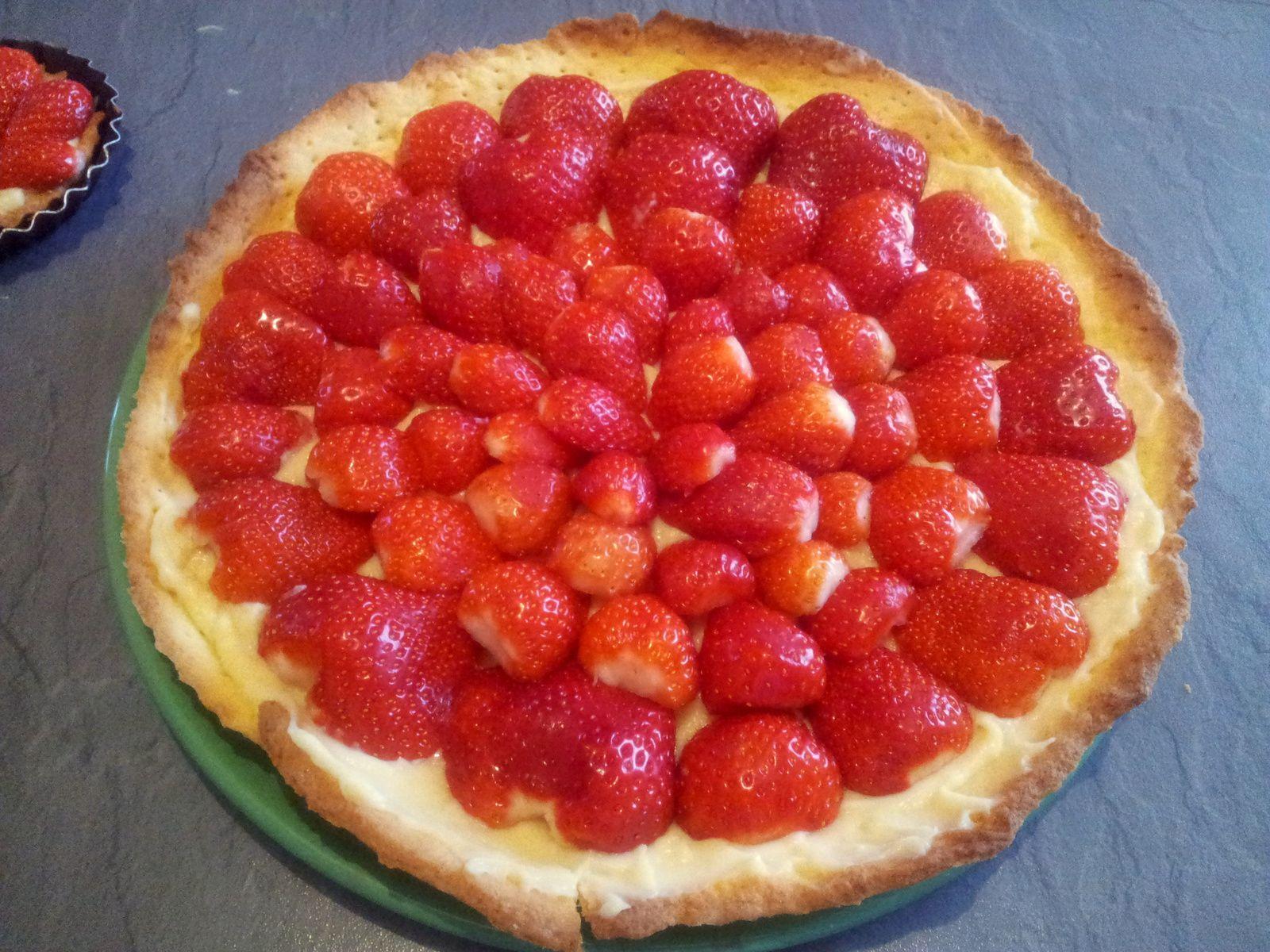 1er photo: tarte aux fraise sans nappage   2eme photo: tarte aux fraises avec le nappage