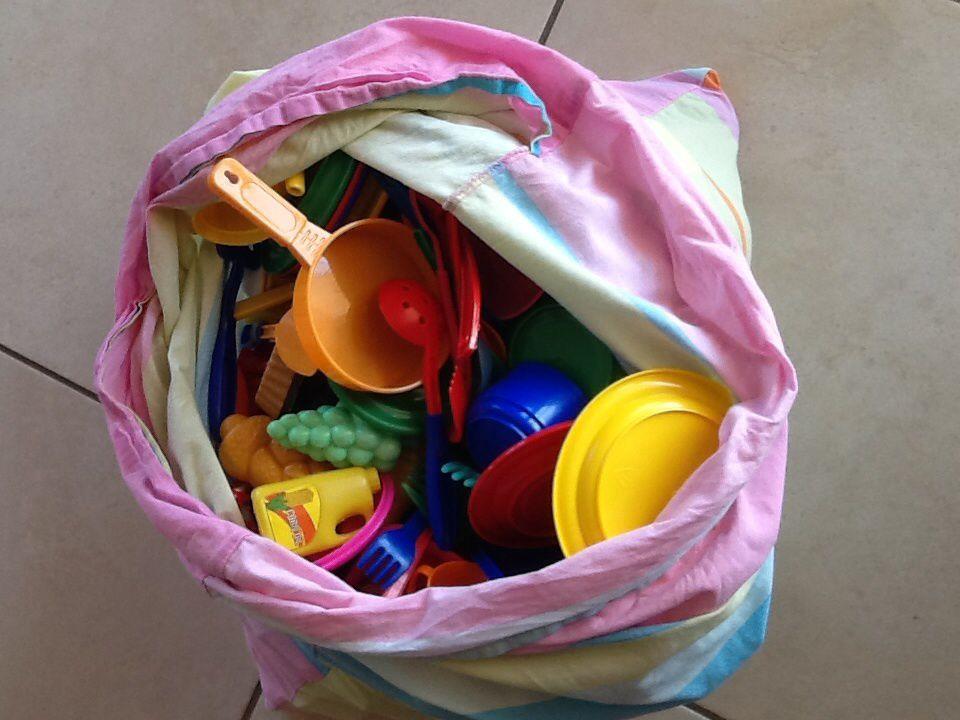 Mon astuce pour laver les petits jouets en plastique genre dinette, légo etc...je met tout dans une taie d'oreiller et hop..un tour en machine a laver