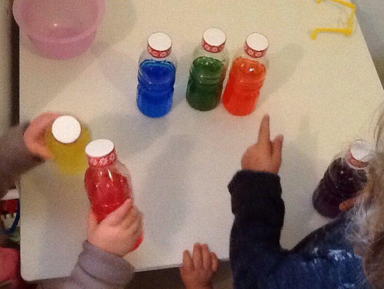 Bouteilles d'eau colorées �