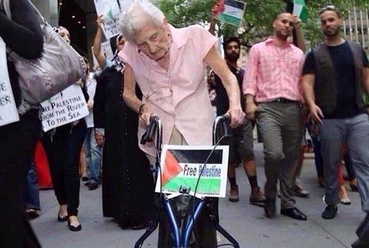 En voyant cette brave femme très âgée manifester pour soutenir la justice en Palestine, vous pouvez encore hésiter à manifester vous les jeunes ?RDV samedi prochain, inchaAllah, pour une manifestation géante, pacifique, respectueuse, civilisationnelle et fédératrice.
