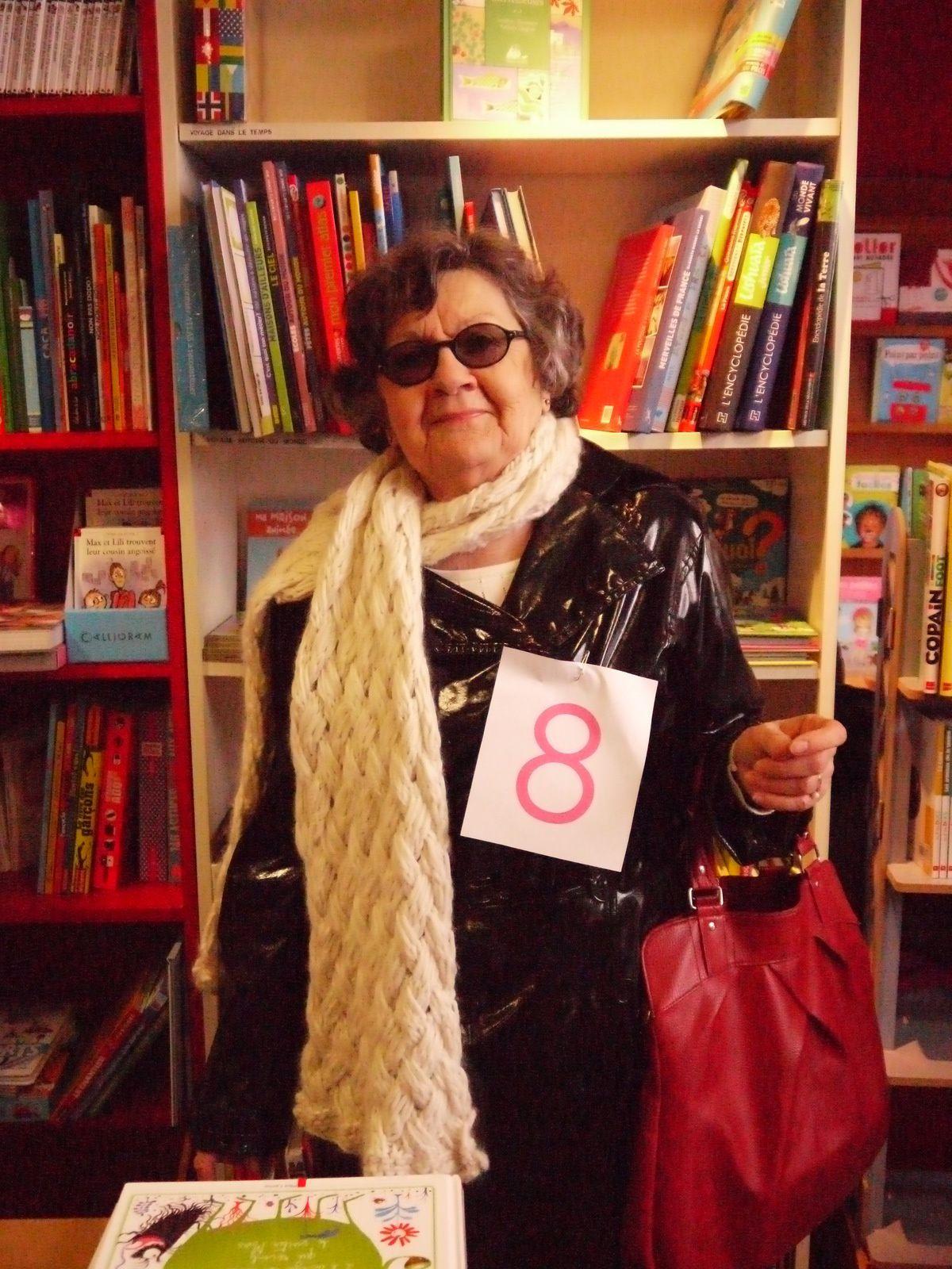 Monique, mannequin pour Brigitte avec une écharpe tricotée en Alpaga et soie de Katia