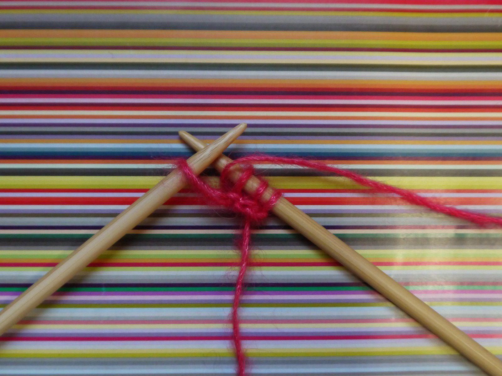 Tricoter les 3 pemières mailles au point mousse et faire un jeté avant la dernière maille