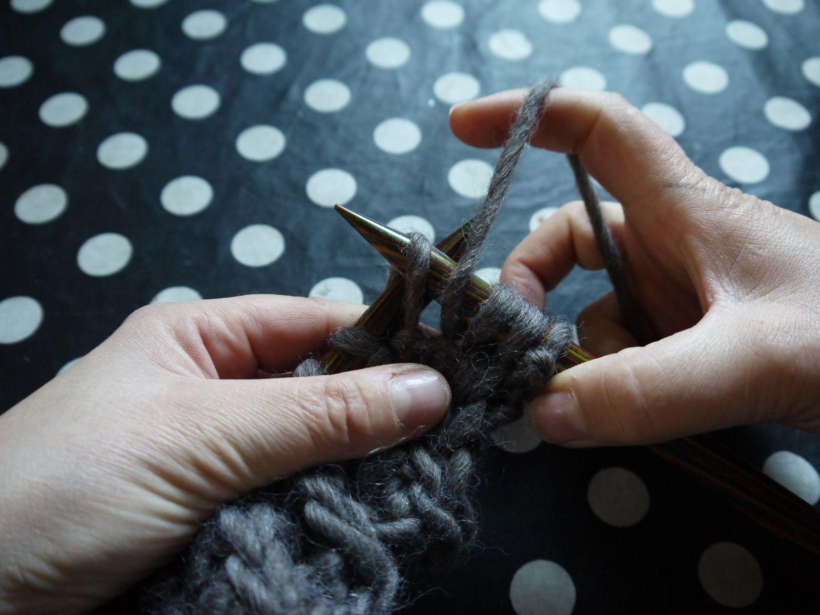 glisser la 4ème maille ( donc sans la tricoter) à l'envers