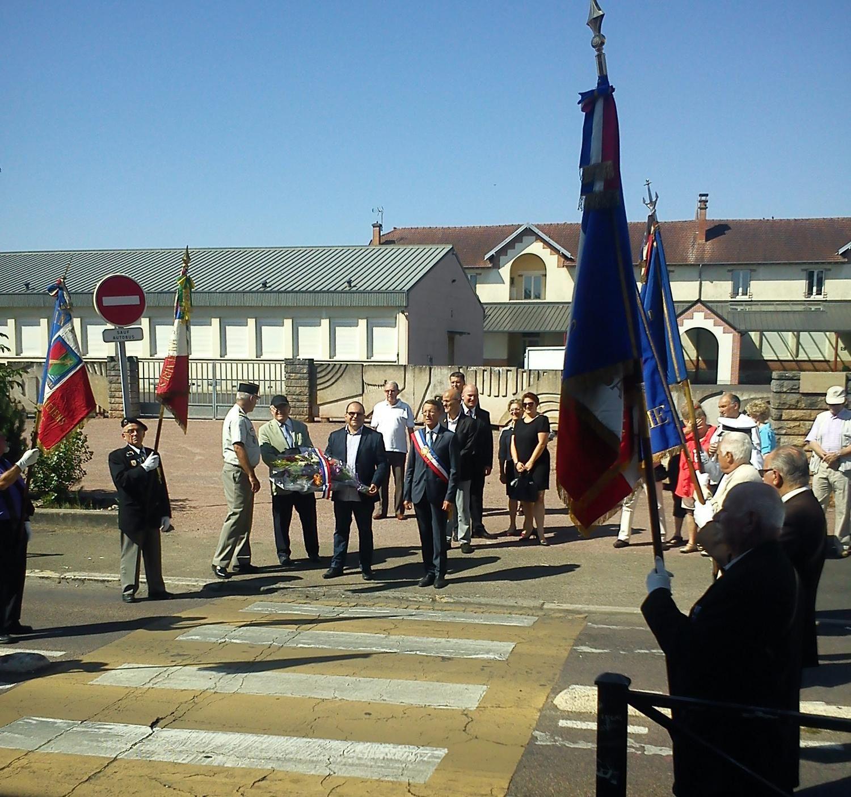 Dépot de gerbe à la stèle en l'honneur des résistants assasinés (située rue du 4 septembre)