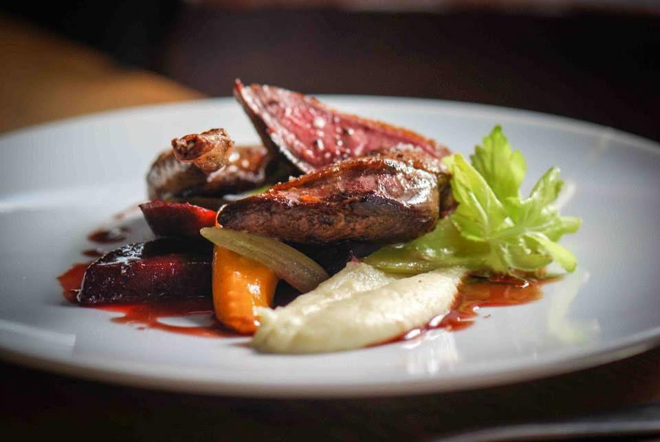 la spécialité du Chef: Le magret de Canard confit aux épices, purée de carottes et polenta (© Emilie charbonnier photographie)
