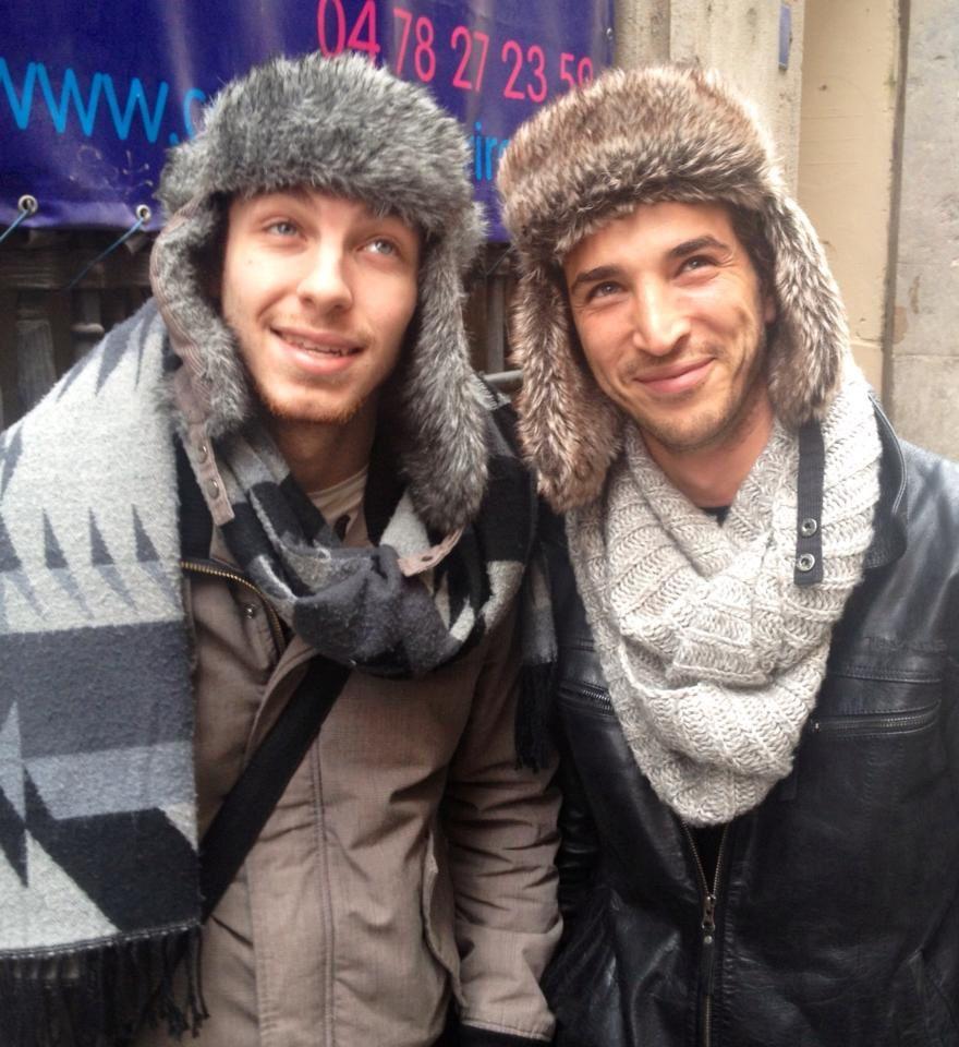Alex, à gauche, laisse Franck porter le chapeau de Max!