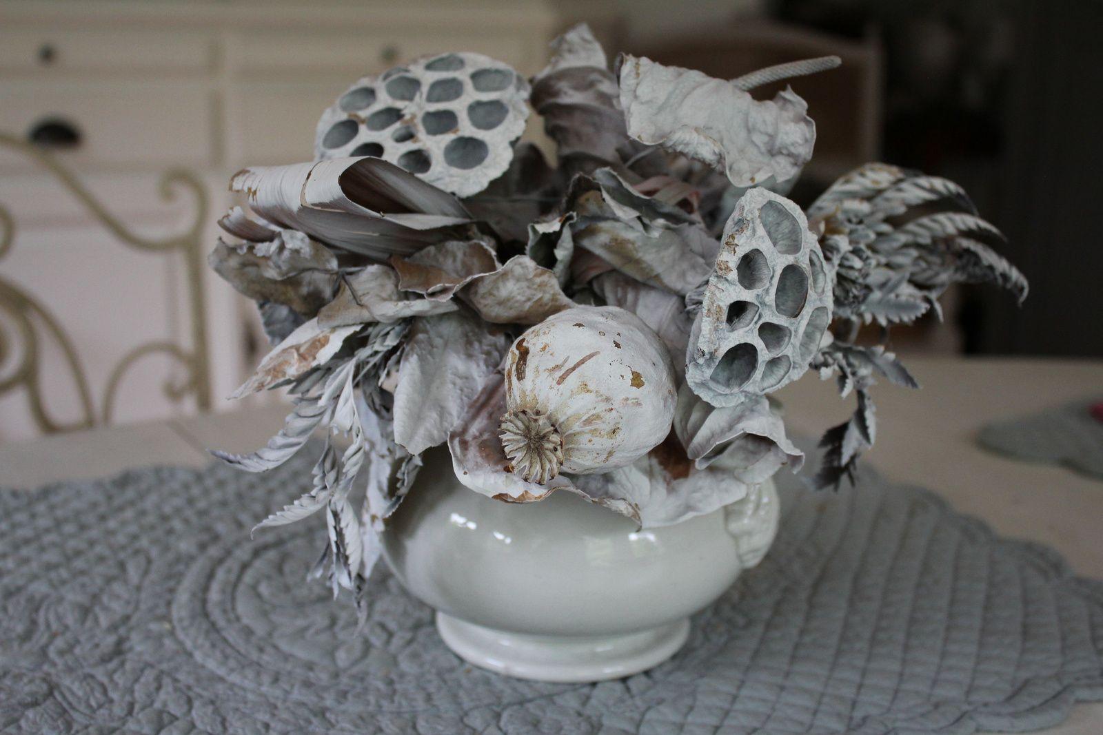 Laissez-moi vous offrir ces quelques fleurs... ou comment détourner théières et autres contenants pour accueillir roses du jardin, hellébores, hortensias séchés, pivoines et même des bouquets fanés...