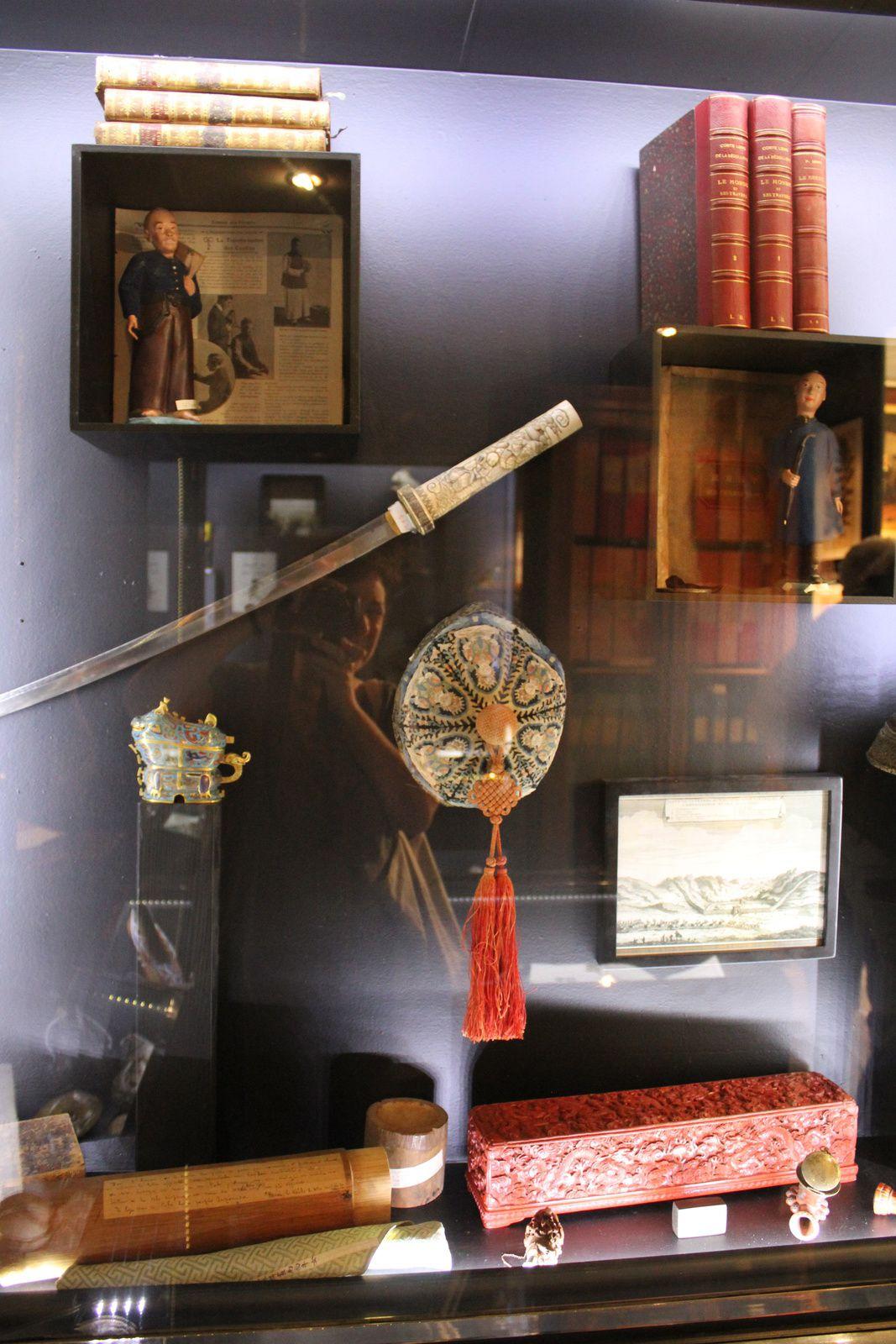 Mes préférés : les objets d'écriture, l'éventail révolutionnaire, les oiseaux naturalisés et les objets chinois comme ces chaussures de soie pour les pieds bandés (si jolis et si atroces)