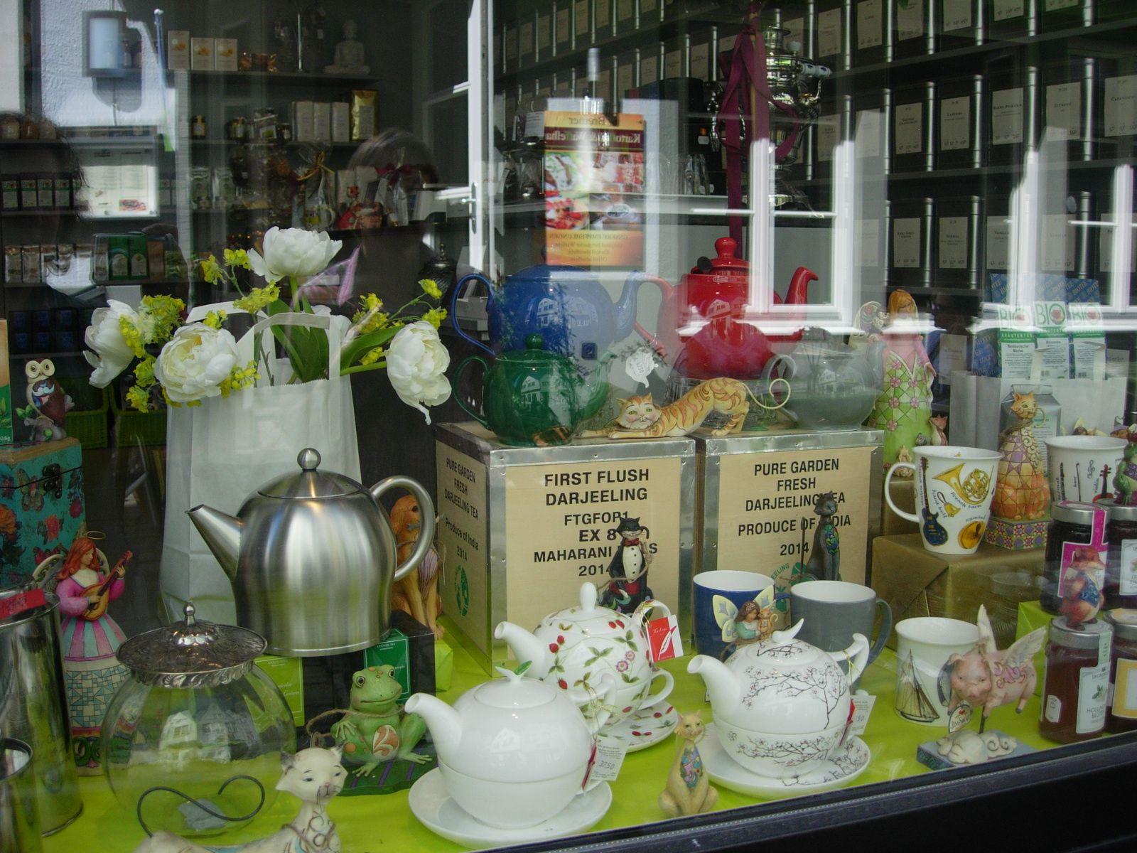 """Séjour en Basse Saxe : le charme des fermes anciennes à colombages, les Musiciens de Brème, des boutiques d'antiquaires de l'Ostertor Viertel, l'ancien quartier de pêcheurs """"le Schnoor"""" et une boutique de jouets anciens, une vitrine de théières, l'enseigne d'un restaurant."""