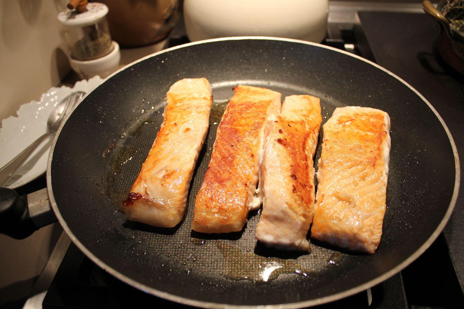 Le haddock cuit dans un mélange eau/lait - cuisson des pavés de saumon - on réchauffe la choucroute avec des fruits de mer - on ajoute les crevettes roses - dressage des assiettes