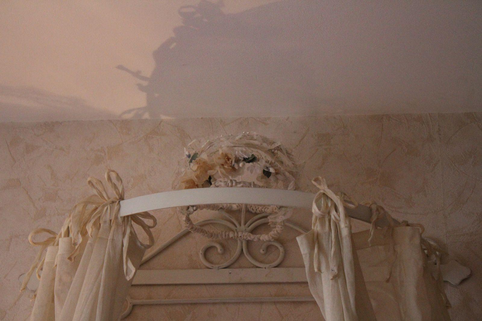 Variations sur un même thème : les couronnes de mariée sont assez diverses pour orner des endroits bien différents dans la maison