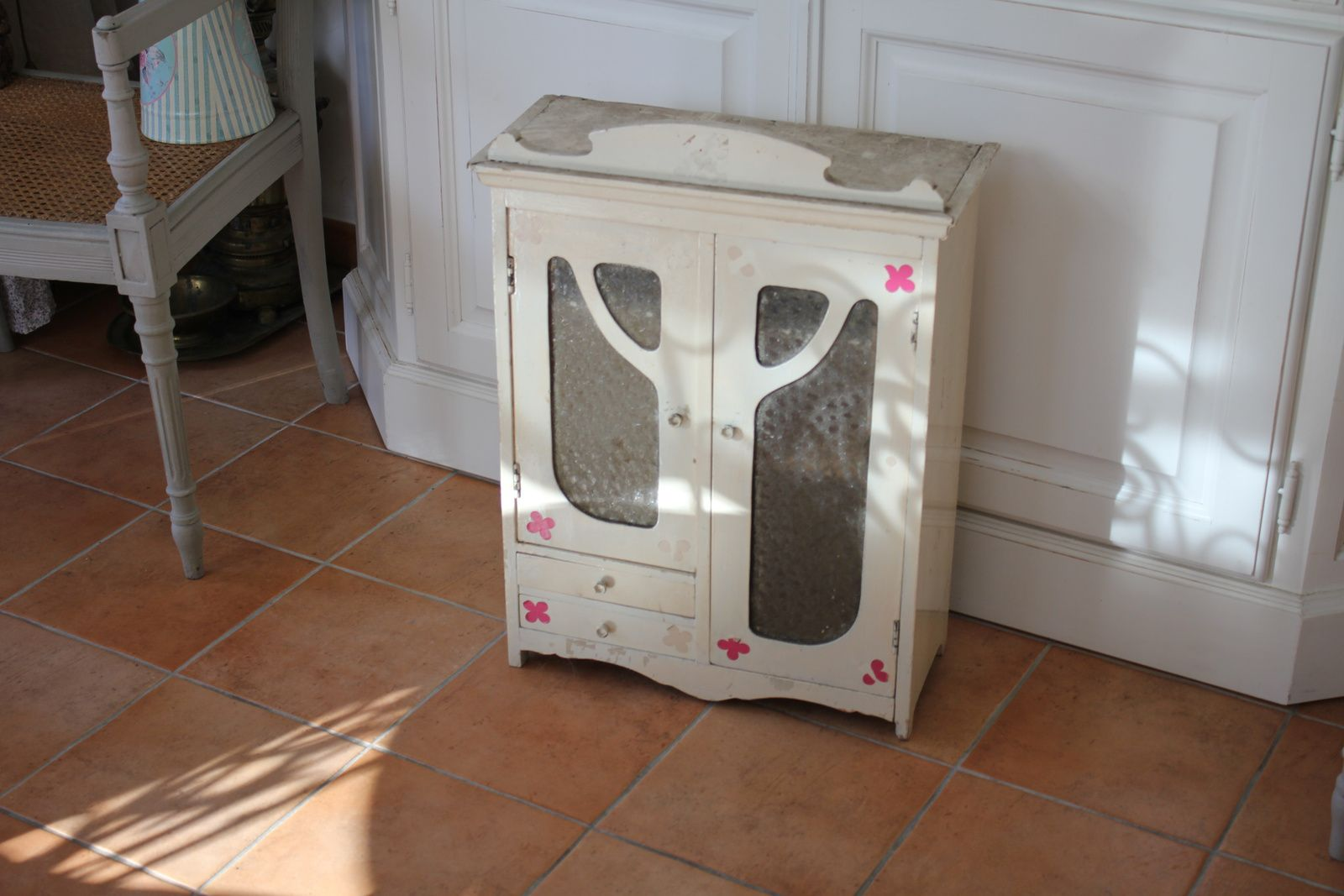 un petit meuble de salle de bain art nouveau bricolage et patines. Black Bedroom Furniture Sets. Home Design Ideas