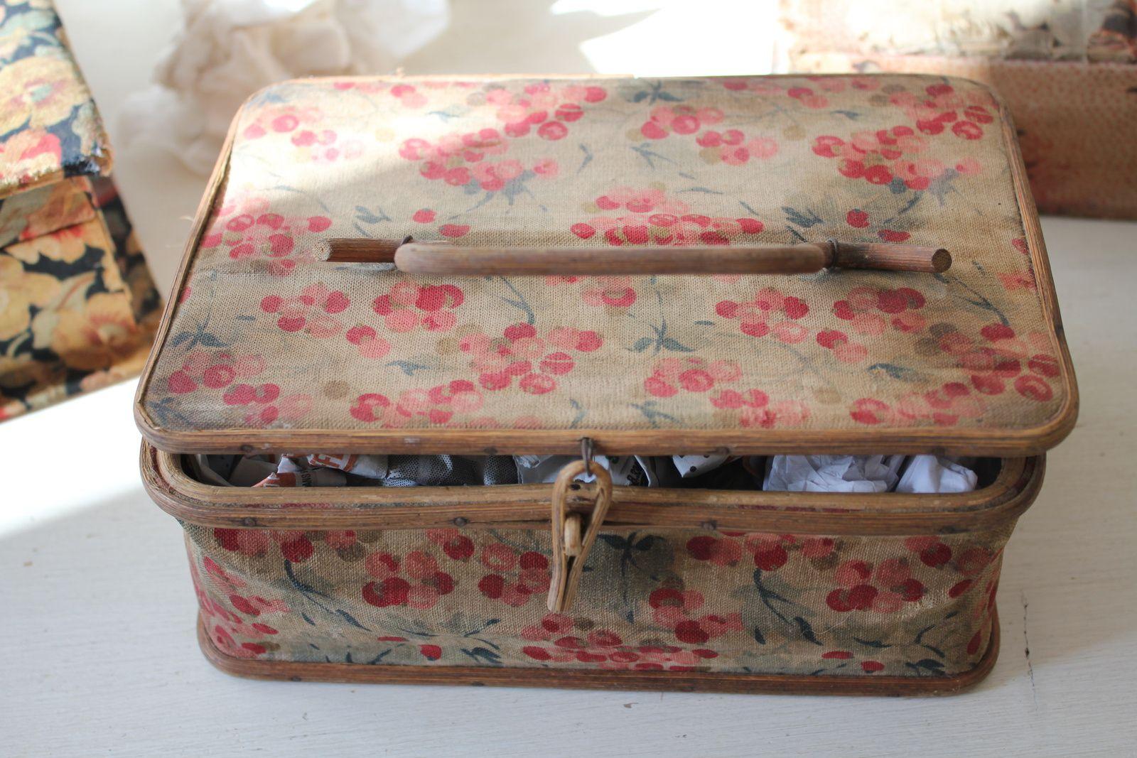 Des exemples de restauration, sur des boîtes en tissu sales, gondolées ou déchirées et des boîtes en carton dont les angles étaient ouverts. Je n'ai pas résisté au plaisir de vous montrer mes habituels avant/après...