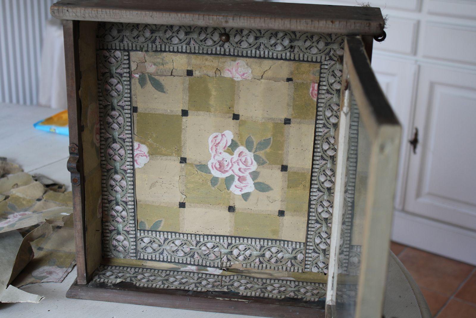 Petite vitrine et vestiges de papier peint