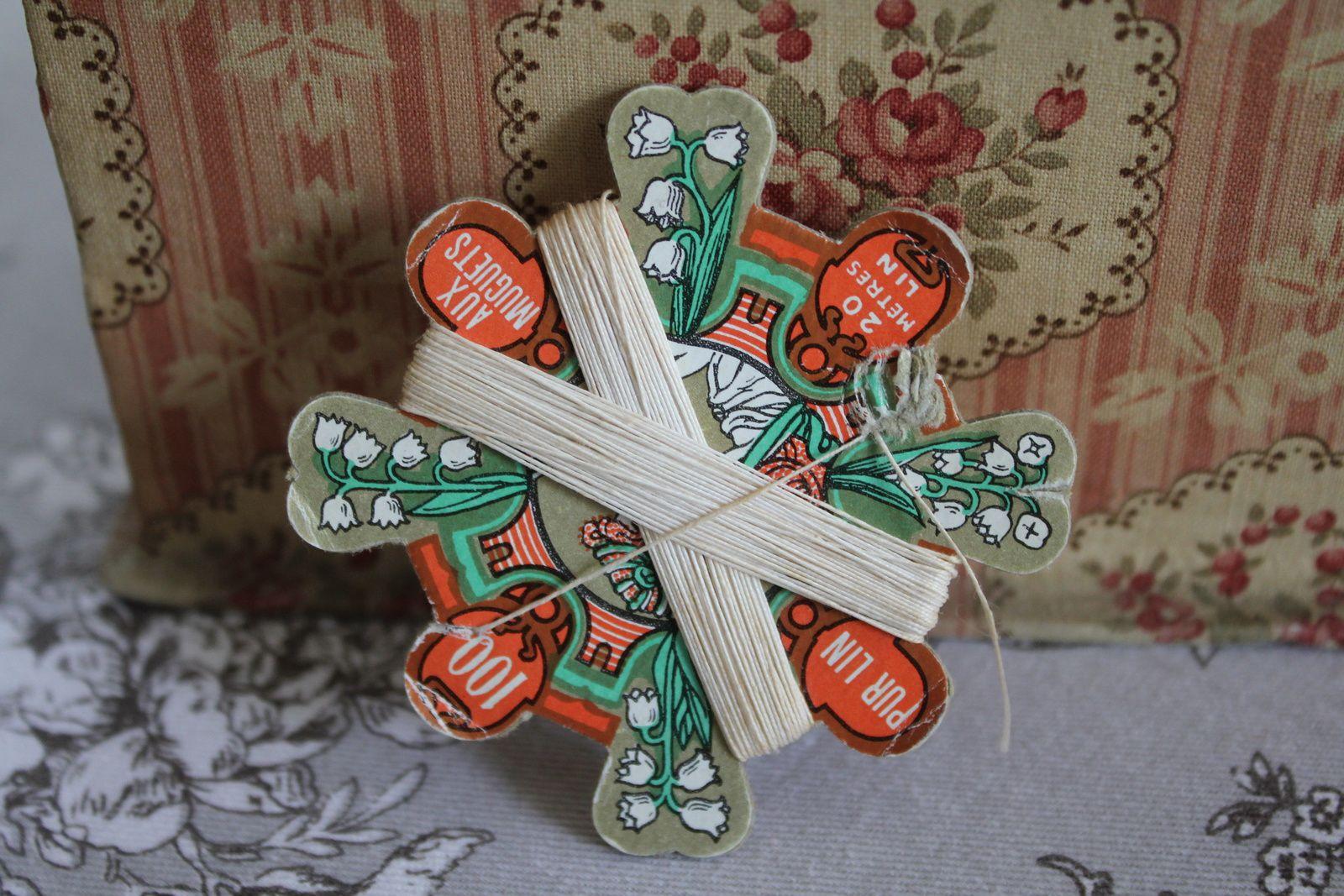 Retour de chine : pol à lait en porcelaine, poupée-lapin en biscuit, boîte à crème vaseline Vibert frères, boîte à épingles 1900, carte à fil de lin muguet, boîte en tissu