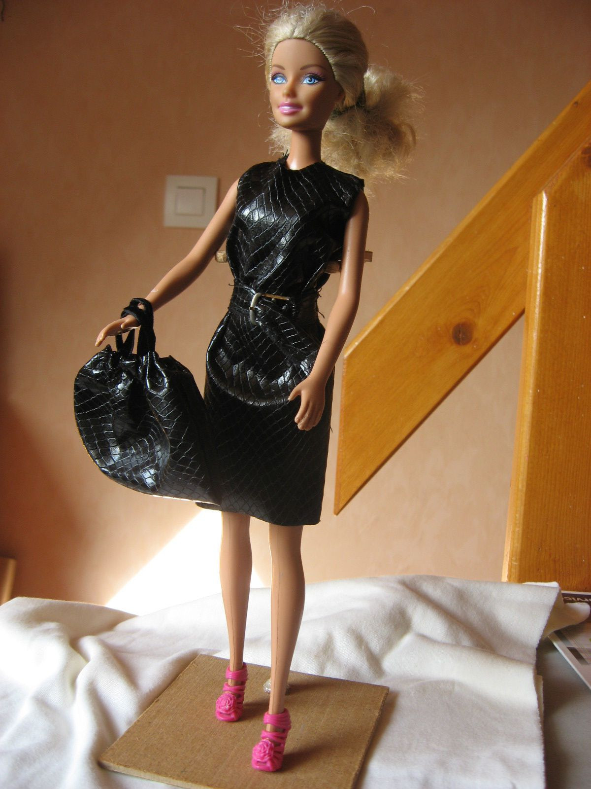 Robe cintrée noire imitation serpent Barbie sac assorti