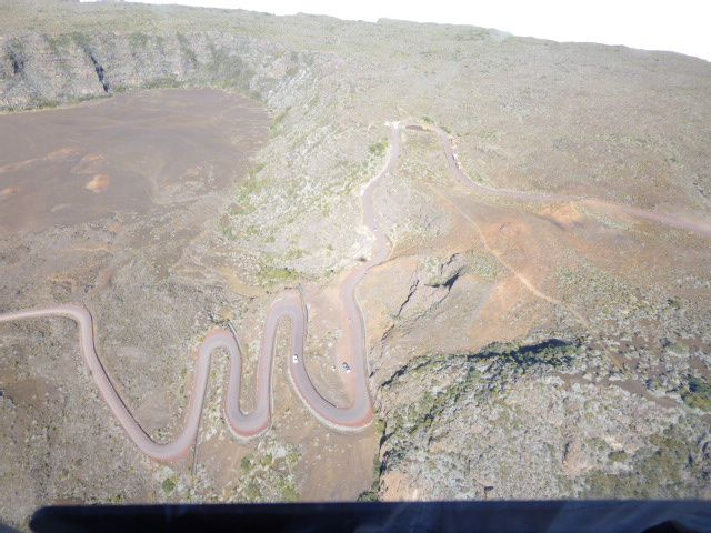 grand étang, vue d'hélico, et route en lacet de la plaine des sables menant au volcan