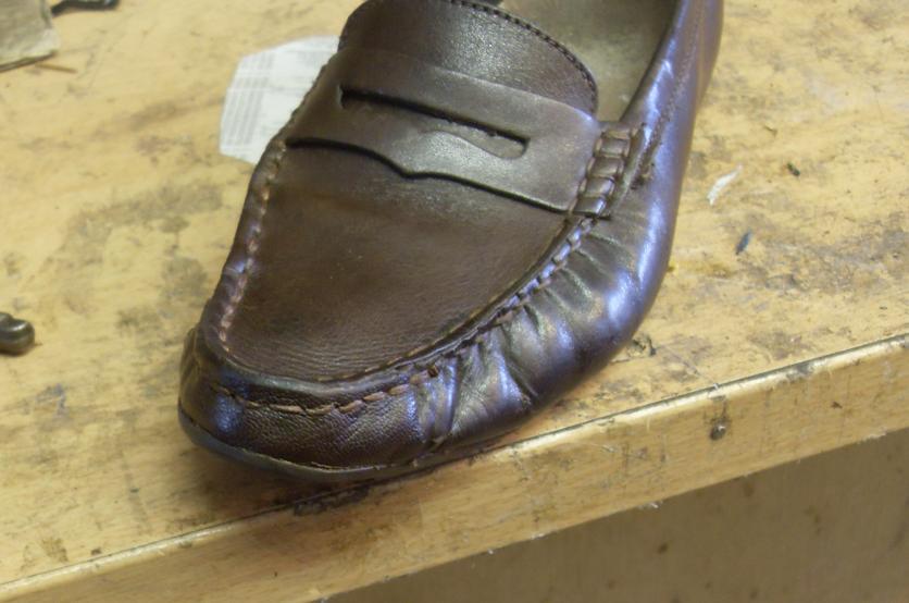 Une pièce de cuir est collée et insérée entre la semelle et la tige, puis cousue à la main sur le plateau. Un bon coup de cirage, la paire de mocassins est réparée.
