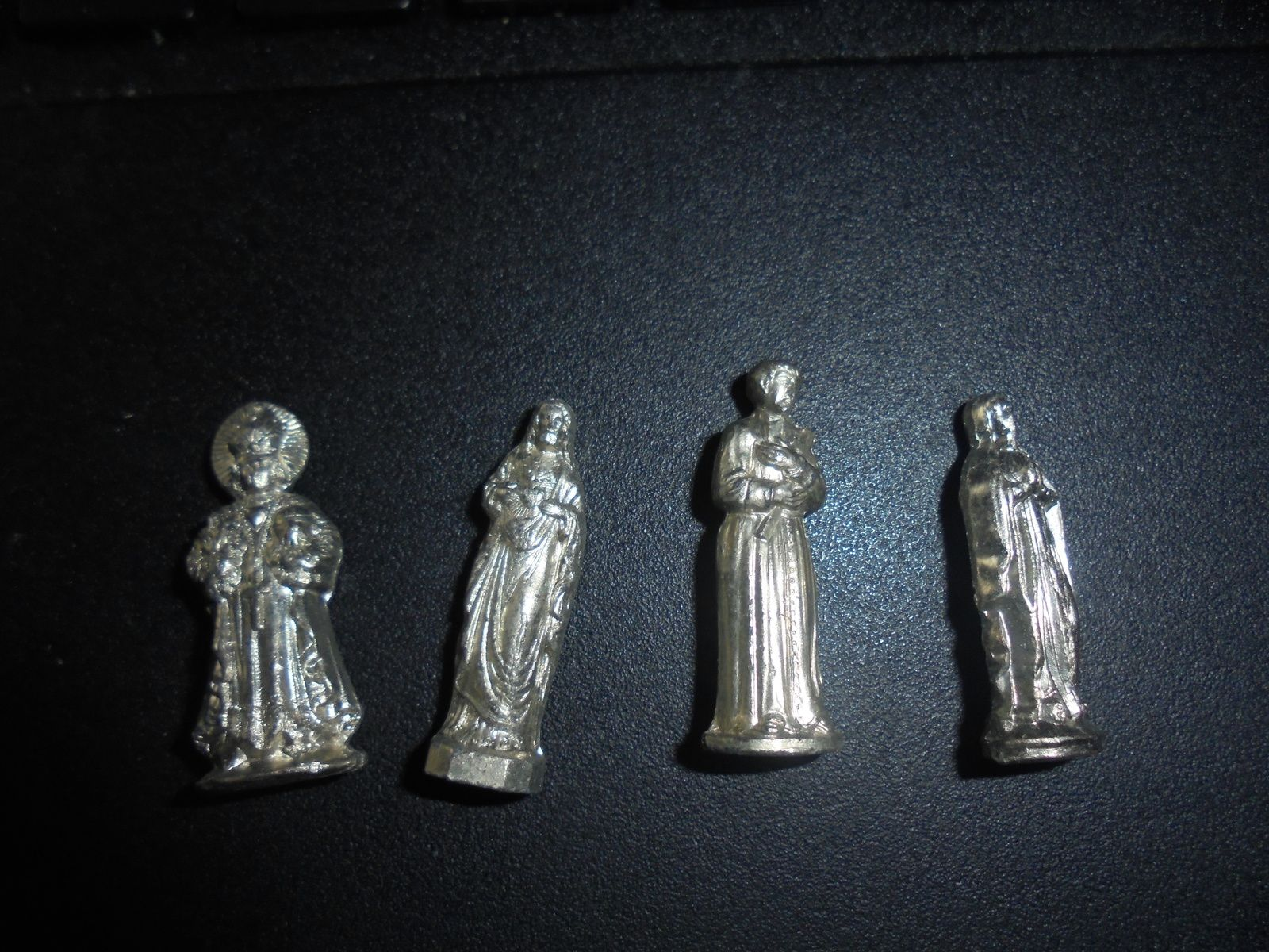 4 petites statuettes de divinités (vierge etc...) poilus