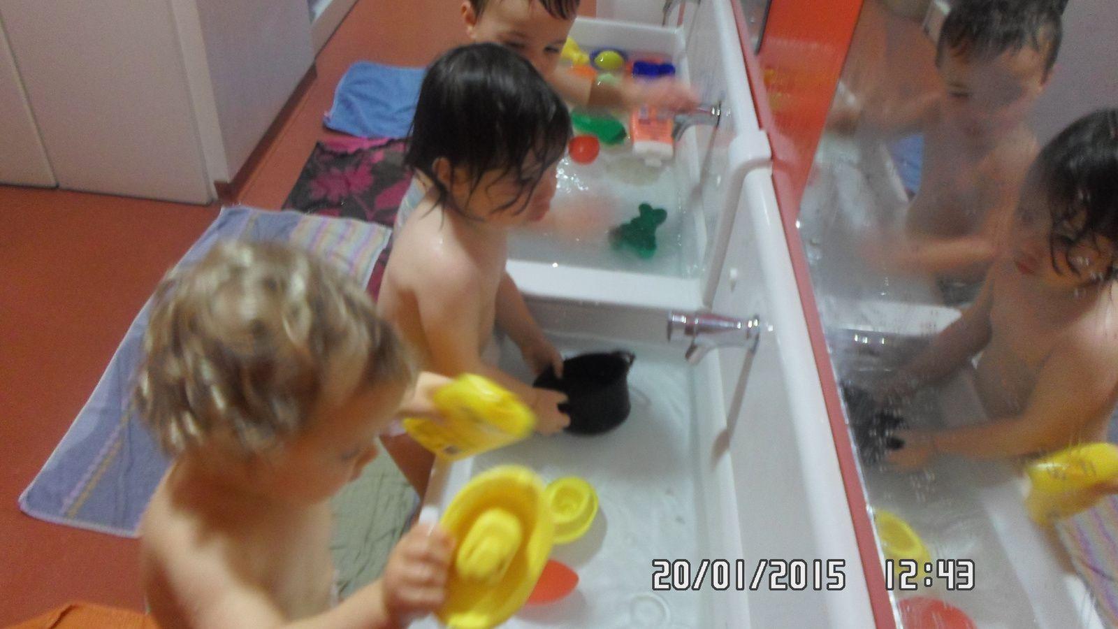 Voila 3 loulous bien content de pouvoir mettre de l'eau partout..