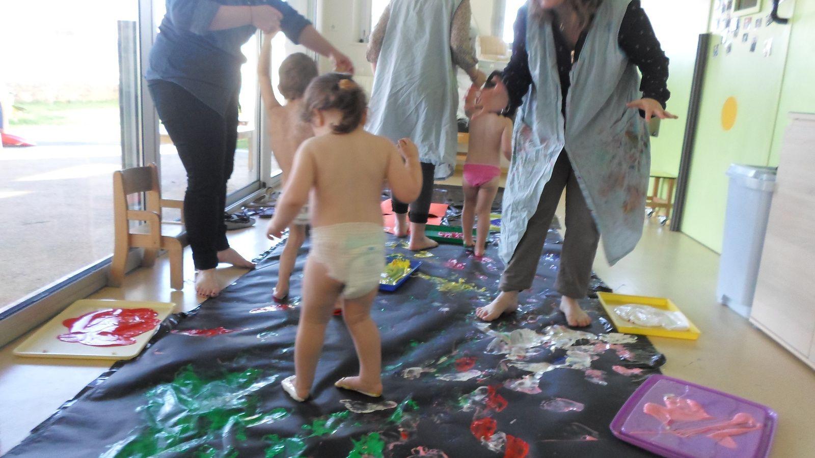 Découverte de la peinture ... avec les pieds !
