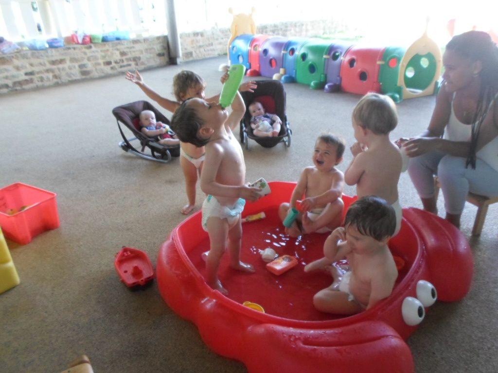 On s'amuse et se rafraîchit dans la piscine !