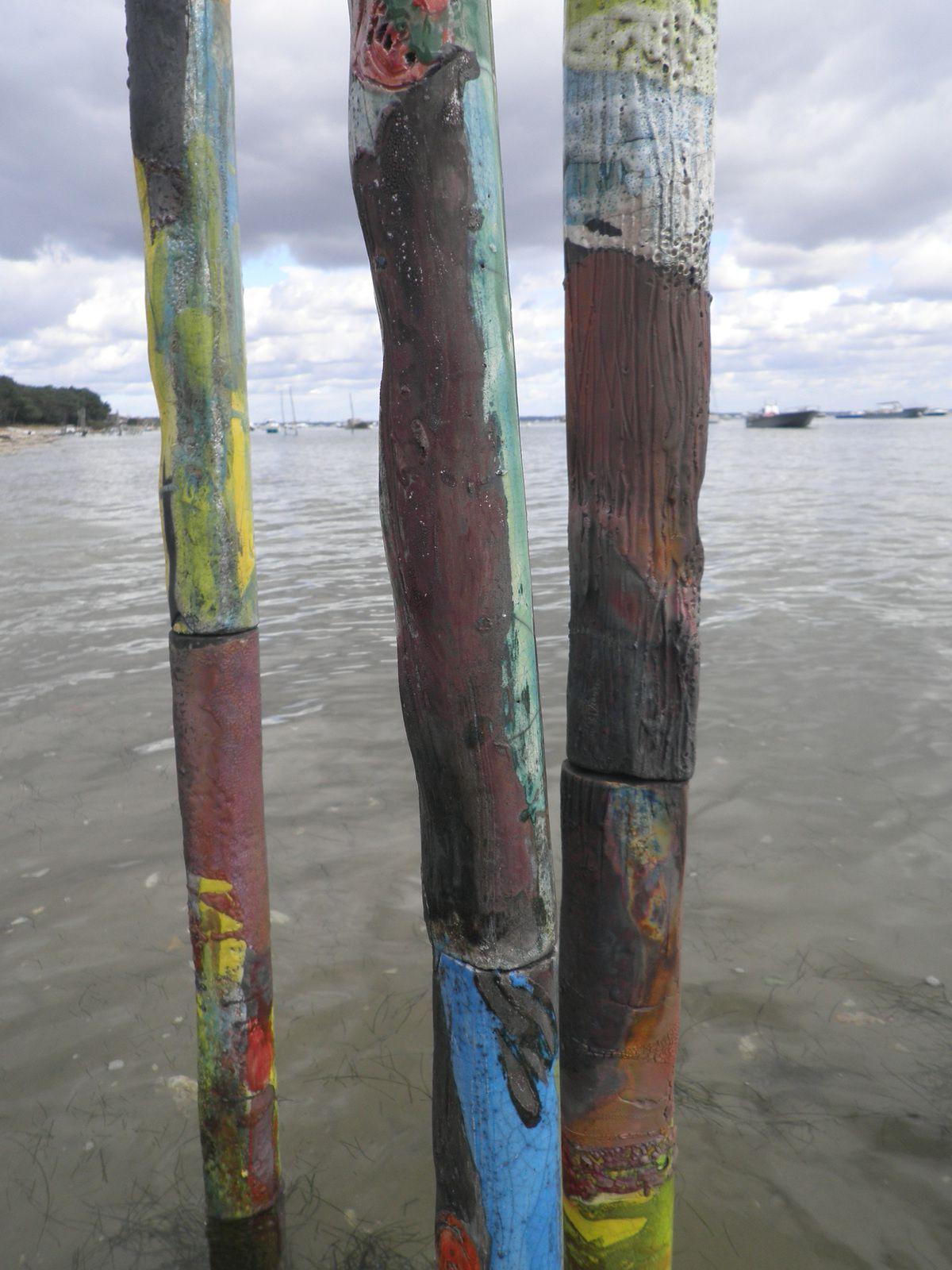 LES TOTEMS: hauteur 190cm . alternance de recherche d'un état de rouille et d 'émaux colorés &#x3B; recherche d 'effet de matière
