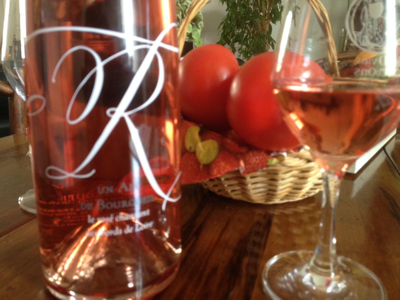 - Une élégante bouteille blanche décorée d'un grand R stylisé pour cette cuvée Air de Bourgueil  de la Cave des Vins de Bourgueil à Restigné. Ce « rosé chantant des bords de Loire », comme l'indique l'étiquette, est a aussi un vin bio, cent pour cent cabernet franc, issu à 70% de pressurage direct et à 30% de saignée pris sur les cuves en macération. Robe colorée et brillante, nez vineux sur le fruit frais et des notes exotiques, belle présence en bouche, pleine de caractère, notes acidulées et longueur gourmande. Cet R chante juste... 6 euros