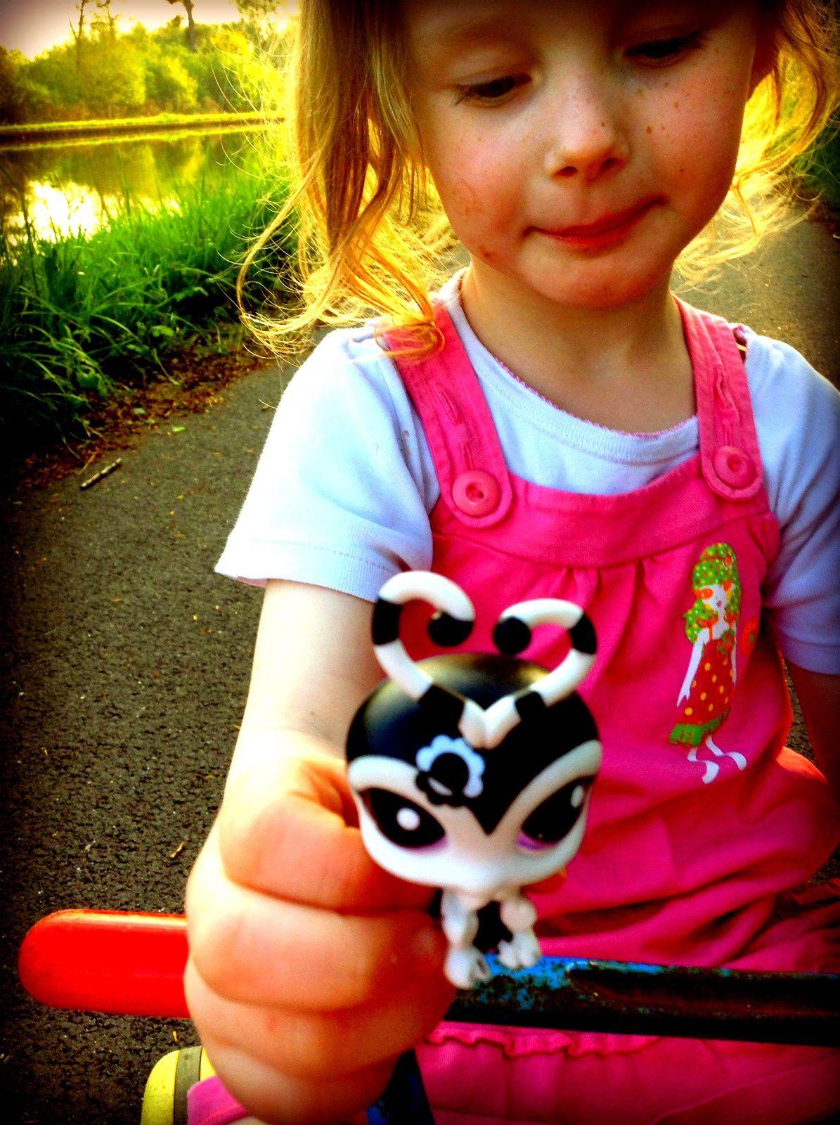 avec ses Petshop ! même en balade (elle a toujours des jouets sur elle, même pour aller à l'école elle les cache dans ses poches et je les découvre toujours à la fin)