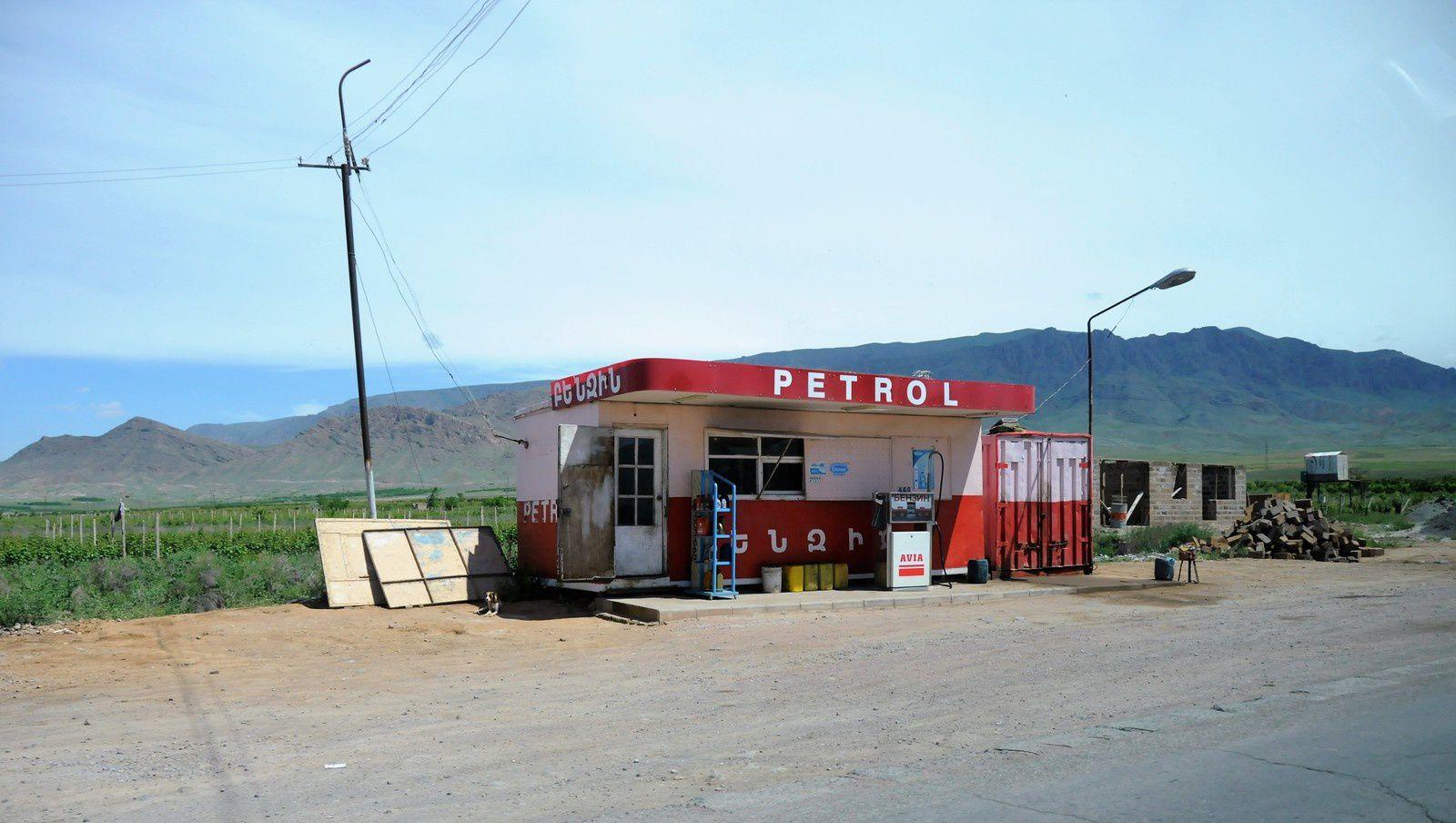 En Arménie, c'est BENZIN ou PETROL...